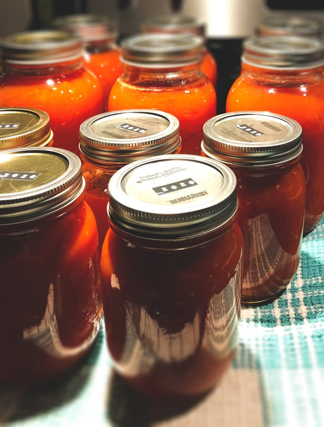 quart-sized mason jars of spaghetti sauce